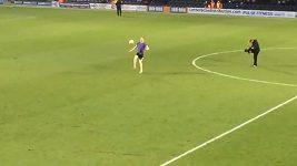 Tylar Swift během poločasové přestávky zápasu Barnet - Crawley