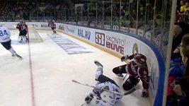 Hokejka projela Alševskému hledím helmy