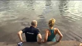 Šampiónka Australian Open slavila skokem do řeky Yarra
