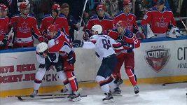 Bitka ze závěru duelu CSKA Moskva - Slovan Bratislava, do níž se zapojil i Radulov