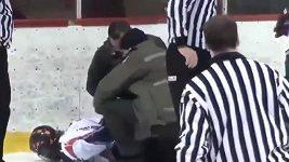 Policie zatkla hokejistu přímo na ledě.