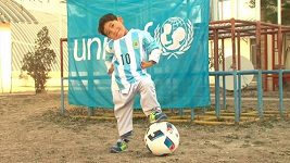Malý Afghánec, který se proslavil dresem z igelitky, dostal opravdický s podpisem Messiho