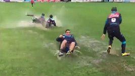 Fotbalisté Neapole řádí při tréninku jako malé děti