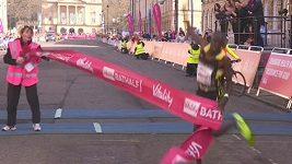 Maratonec se v cíli zamotal do pásky
