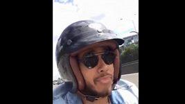 Hamilton měl kvůli selfie problém s policií