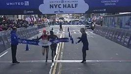 Běžkyně v cíli rukou přibrzdila soupeřku