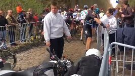 Motorkář na Paříž-Roubaix srazil cyklistu Vivianiho