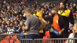 Fanoušek házel po fotbalistovi popcorn