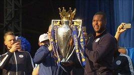 Tým Leicesteru oslavuje s fanoušky