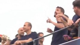 Gerard Piqué napodobuje oslavu gólu Cristiana Ronalda