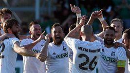 Fotbalisté Karviné oslavují postup do 1. ligy