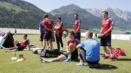 Fotbalisté na soustředění v Alpách přicházejí na focení