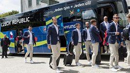 Čeští fotbalisté přijíždějí do hotelu Clarion Chateau Belmont