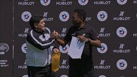 Pelé a Maradona se konečně usmířili.