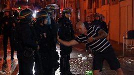 Fotbaloví fanoušci v Marseille noc