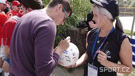 Fanoušci píší vzkazy na balóny ve Žlutých lázních