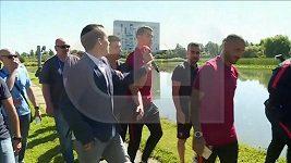Ronaldo zahodil reportérovi mikrofon do jezera