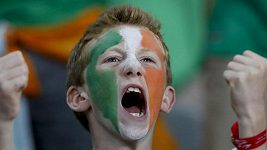 Irský fanoušek kopl fotbalový míč do okna