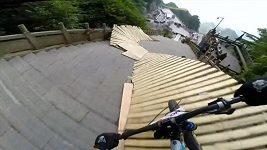 V Číně se konal sjezd horských kol na trati z 999 schodů