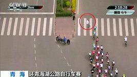 Chodec způsobil děsivý pád na cyklistickém závodu.