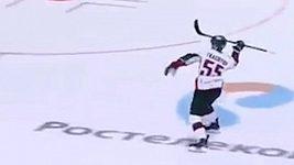 Gól hodem hokejkou jako oštěpem