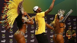 Usain Bolt tancuje sambu s Brazilkami