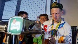 Lukáš Krpálek oslavuje v Českém domě zlatou olympijskou medaili