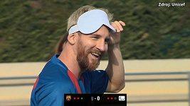 Messi umí vstřelit gól i poslepu
