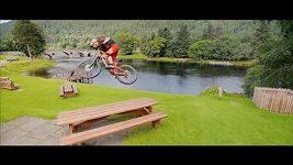 Akrobat na kole na skotském venkově