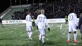 Hráči házeli po fanoušcích sněhové koule