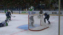 Hokejový brankář pil vodu během hry