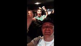 Nico Rosberg oslavuje titul mistra světa zpěvem.
