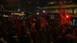 Fanoušci rivalských fotbalových týmů v Turecku se spojili na protest proti bombovým útokům