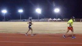 Gina Slaby na atletickém oválu