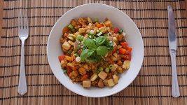Červená čočka na zelenině s tofu