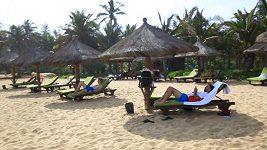 Fotbalisté Slavie na pláži v jednom z resortů města San-ja.