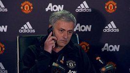 Mourinho zvedl na tiskové konferenci novinářův mobil, když začal zvonit