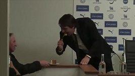 Trenér Conte snědl novináři dort