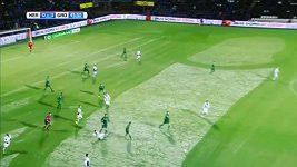 Traktorista vykouzlil podivuhodný obraz na trávníku