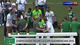 Přeživší hráči Chapecoense převzali pohár