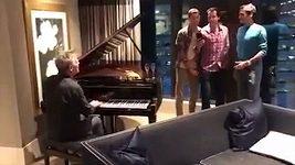 Federer zpívá