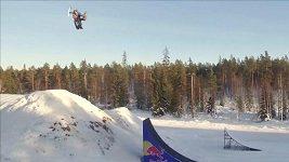 Bodin předvedl na sněžném skútru dvojité salto