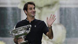 Roger Federer po oslavách pózoval s pohárem