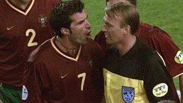 Frustrovaní Portugalci v čele s Luisem Figem řvou na čárového sudího Igora Šramku po odpískané ruce v zápase proti Francii na EURO 2000.