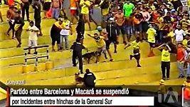 Řádění fanoušků v zápase ekvádorské ligy mezi Barcelonou SC a Macarou