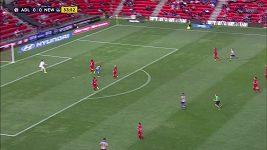 Brankář Adelaide United narazil hlavou do tyče