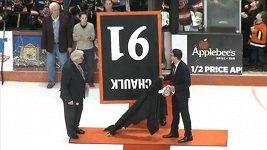 Dres hokejisty byl vyvěšen ke stropu obráceně