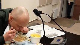 Běloruský novinář jí noviny