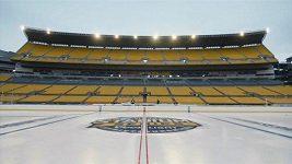 Příprava kluziště na venkovní zápas NHL v Heinz Field