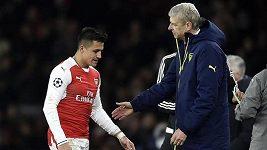 Alexis Sánchez se na lavičce fotbalistů Arsenalu baví s Petrem Čechem
